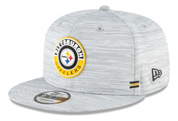 New Era - NFL Pittsburgh Steelers OnField 2020 Sideline Road 9Fifty Snapback Cap - Grau Ansicht vorne schräg links
