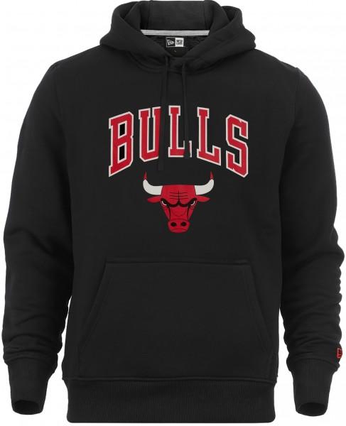 Schwarzer Kapuzenpullover von der Vorderseite. Auf der Brust ist das Chicago Bulls Logo gedruckt. Die Kapuze hat Kordeln und es sin Kängurutaschen aufgenäht.
