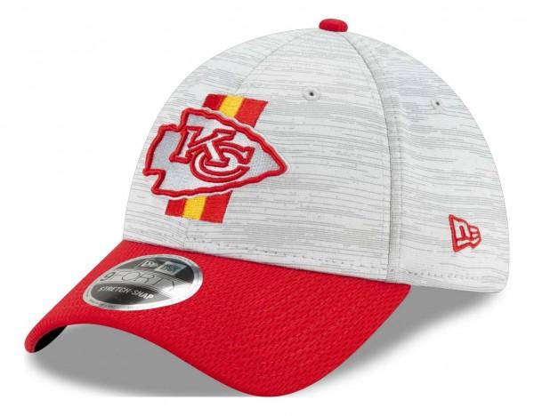 New Era - NFL Kansas City Chiefs 2021 Training 9Forty Snapback Cap - Grau-Rot Ansicht vorne schräg links