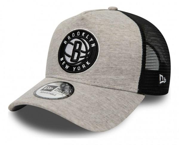 New Era - NBA Brooklyn Nets Jersey Essential Trucker Snapback Cap - Grau Ansicht vorne schräg links