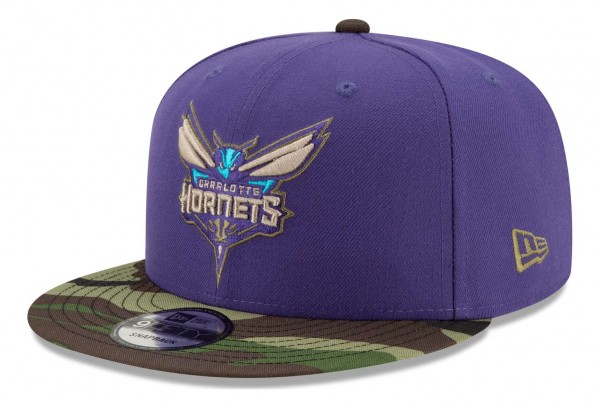 New Era - NBA Charlotte Hornets ASG Camo 9Fifty Snapback Cap - Violett Ansicht vorne schräg rechts